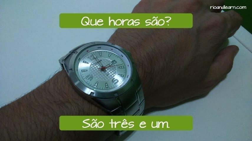 As horas em português. Que horas são? São três e um.