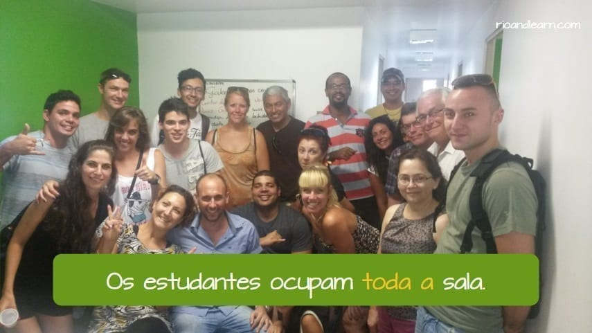 Uso de Tudo e Todo em Português. Os estudantes ocupam toda a sala.