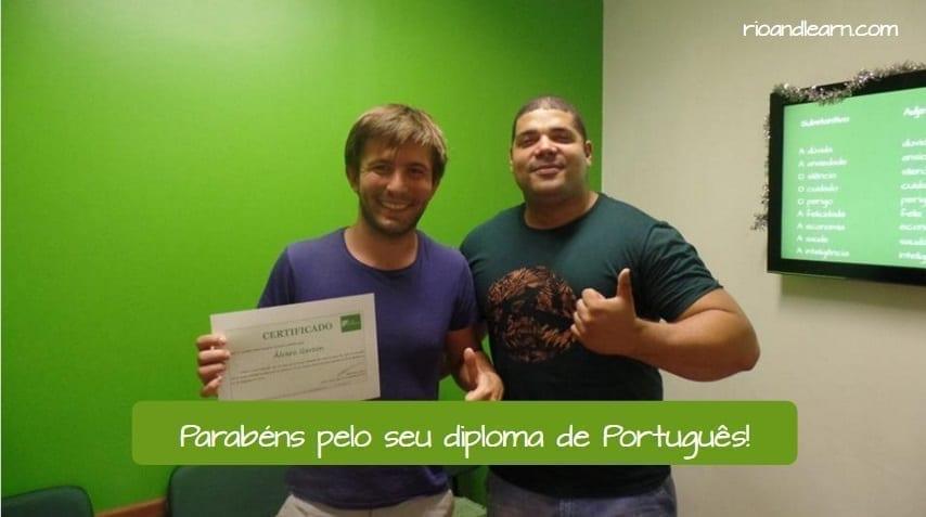 Ejemplo para desear felicidades en portugués: Parabéns pelo seu diploma de Português! Felicitaciones en Portugués.