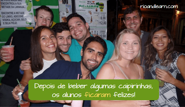 Ejemplo con el verbo Ficar en Portugués: Depois de beber algumas caipirinhas os alunos ficaram felizes!