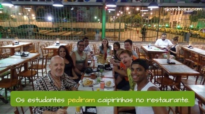 Conjugar Pedir em Português. Os estudantes pediram caipirinhas no restaurante.