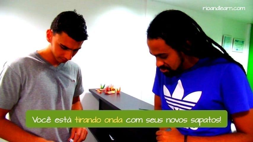 Ejemplo con la expresión Tirar Onda en Portugués. Você está tirando onda com seus novos sapatos!