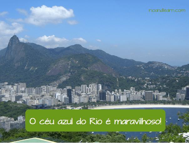 Ejemplo de los adjetivos en portugués: O céu azul do Rio é maravilhoso.