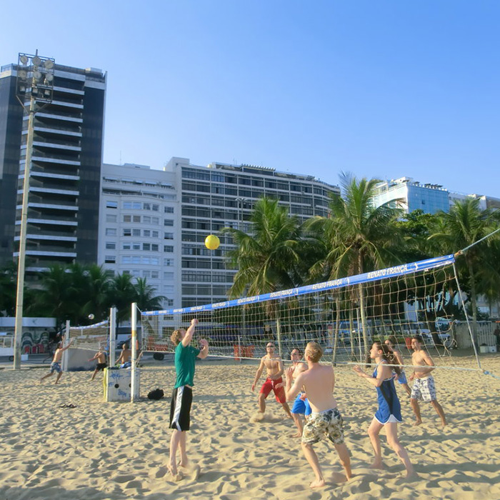 Livelearning. Students of Portuguese playing beach volley