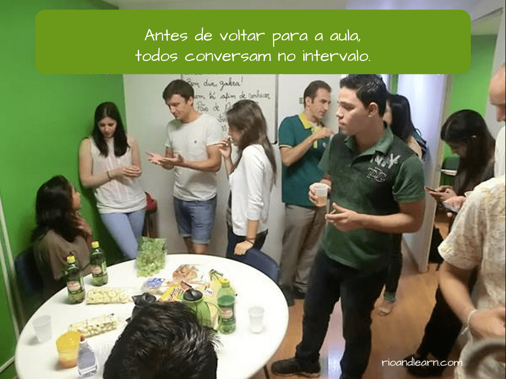 Before and After in Portuguese. Antes de voltar para a aula, todos conversam no intervalo.