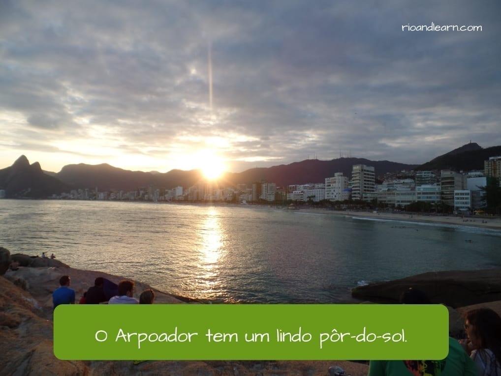 Ejemplo con el verbo tener en portugués: O Arpoador tem um pôr-do-sol.