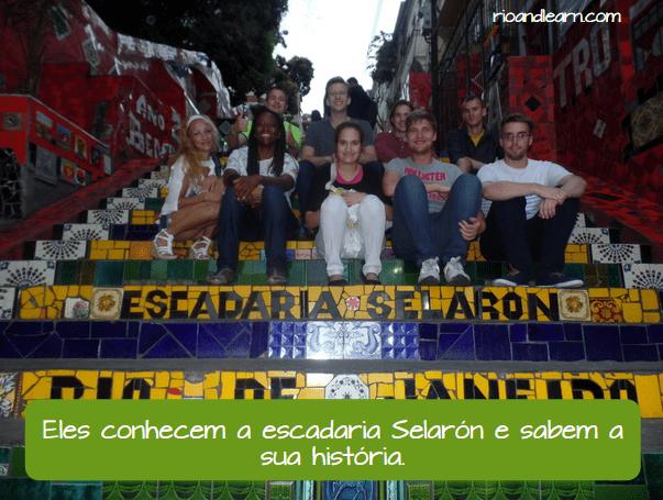 Ejemplo con Saber y conhecer en portugués. Eles conhecem a escadaria selarón e sabem a sua história.