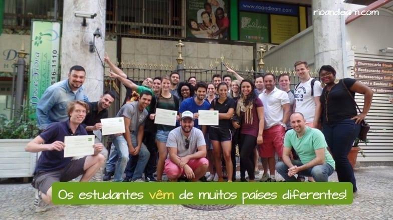 Conjugação do verbo Vir em Português. Os estudantes vêm de muitos países diferentes!